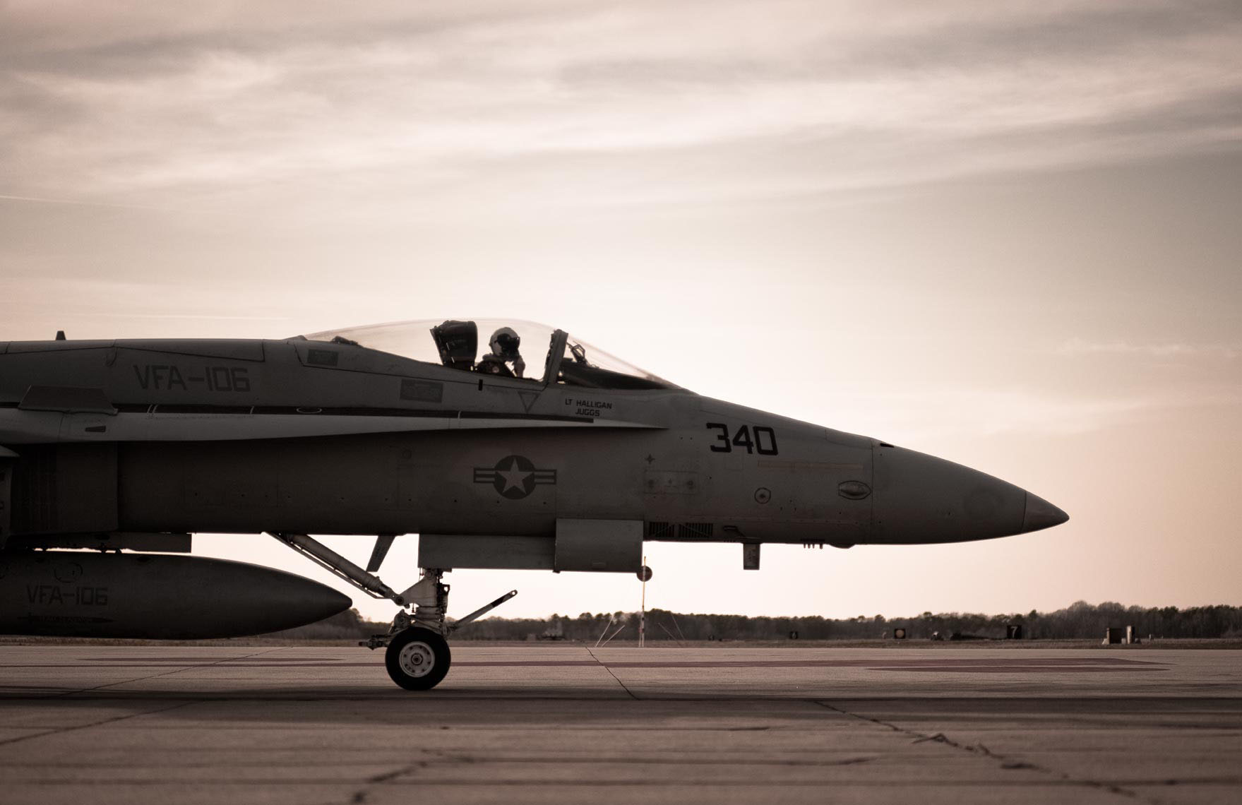 US_NAVY_F18_Hornet-taxiing-option.jpg